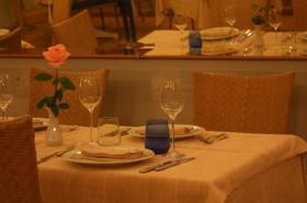 Un tavolo apparecchiato in sala.jpg