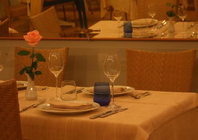 Un tavolo apparecchiato in sala