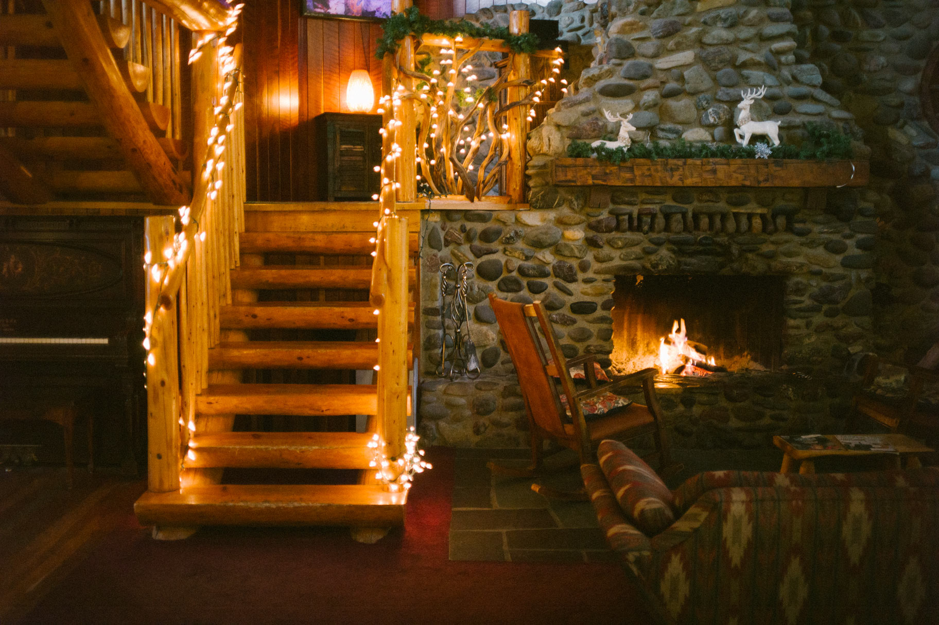 applegate-river-lodge-lobby-fireplace