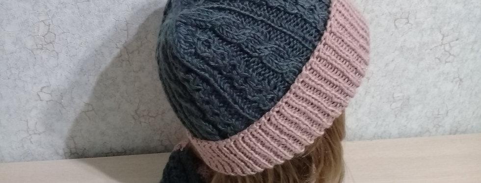 вязаный комплект : шапка и снуд косами. Чайная роза на сером.