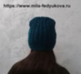 Вязаная весенняя шапочка с косами и красивой макушкой