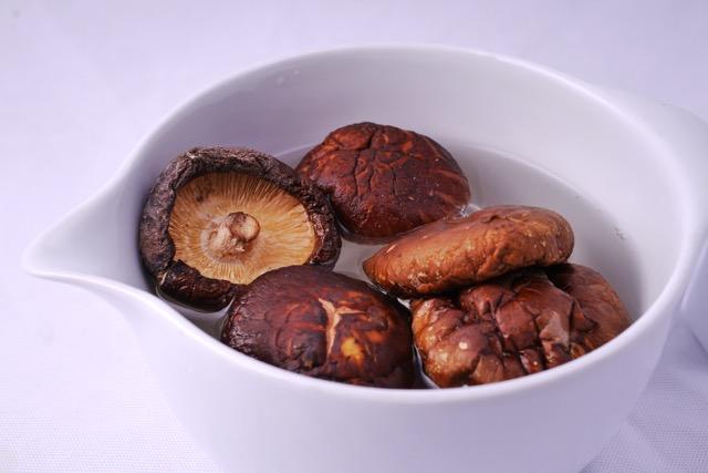 Soaking dried Shiitake in water