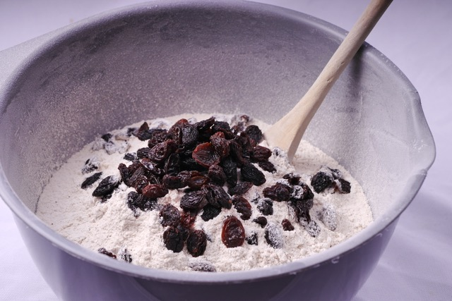 Mix dry ingredients for gingerbread cake with raisins 2