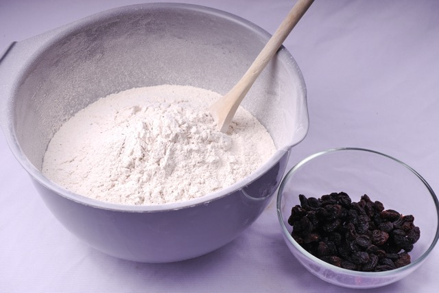 Mix dry ingredients for gingerbread cake with raisins