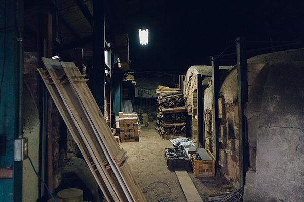 アセミコの備前焼のカップを製作している鳴瀧窯の登窯です。窯の横に薪が積んでいます。