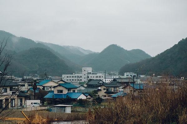 アセミコの備前焼カップが作られている岡山県備前市の風景です。霧が掛かった山と鳴瀧。