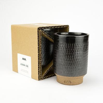 アセミコの小石原焼のカップは段ボールで作られたエコパッケージに梱包されています。この優れたパッケージデザインでは横からパッケージ内を覗き込めますが、商品はしっかり守られています。