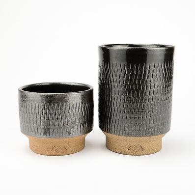 小石原焼の一つの特徴は飛び鉋(とびかんな)と呼ぶ道具で細かい点々模様を表面に入れる伝統技法です。