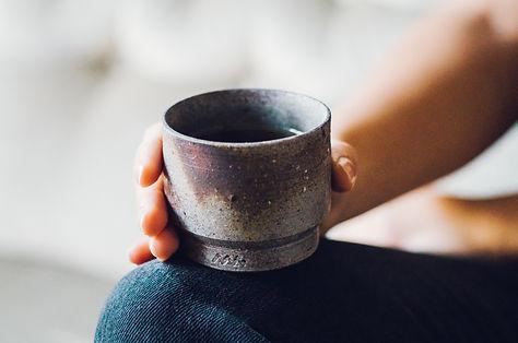 アセミコの備前焼のカップはお茶を飲む湯呑、酒を飲むぐい呑、ビールを飲むカップなど、様々なドリンクに使えます。