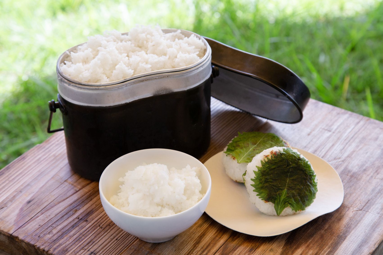 お米は新米を飯盒で炊きます。