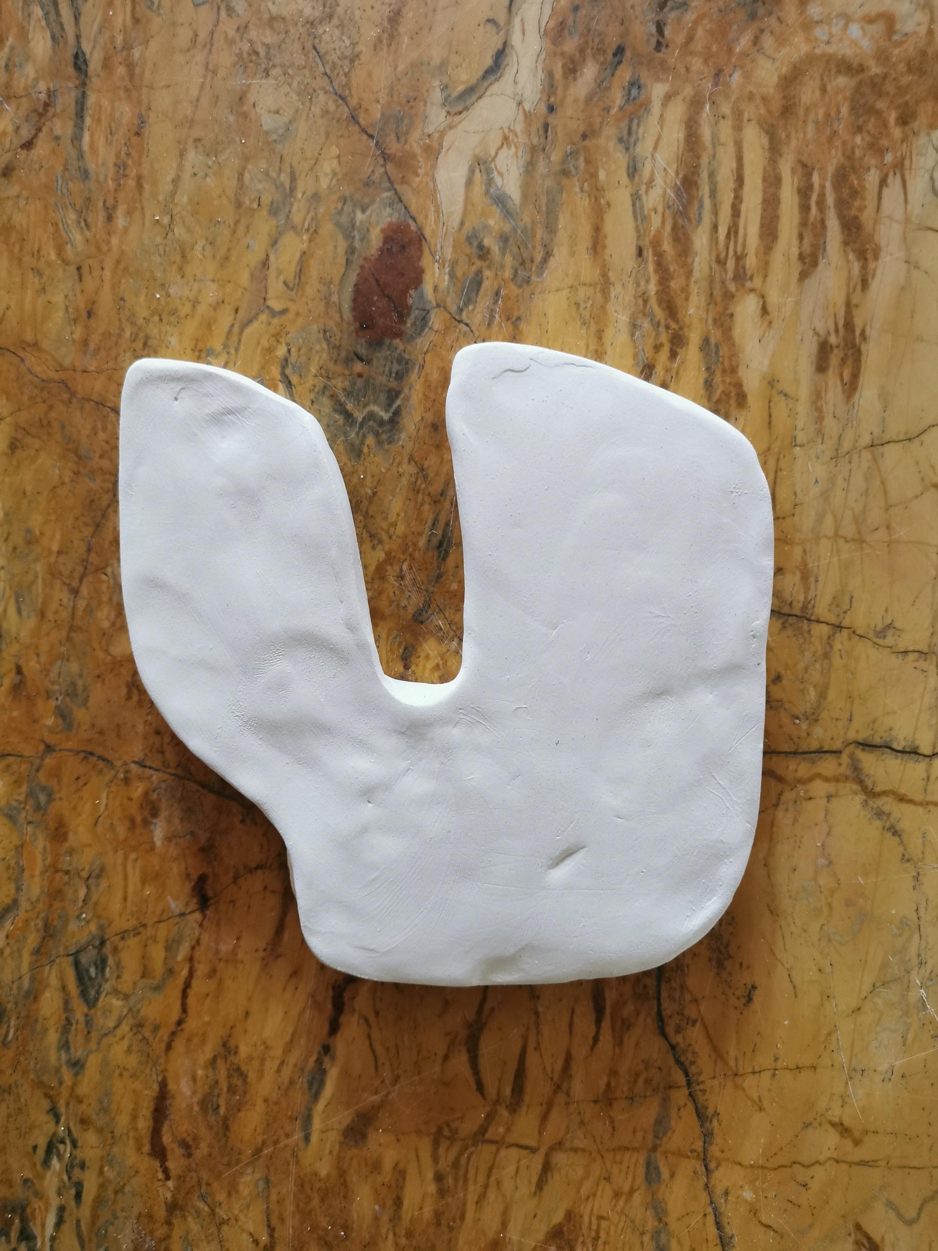 Forme fertile #1, 2020, faience blanche, 13x13 cm