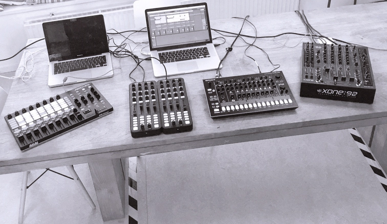 Hybrid DJing: Mixing & Playing live
