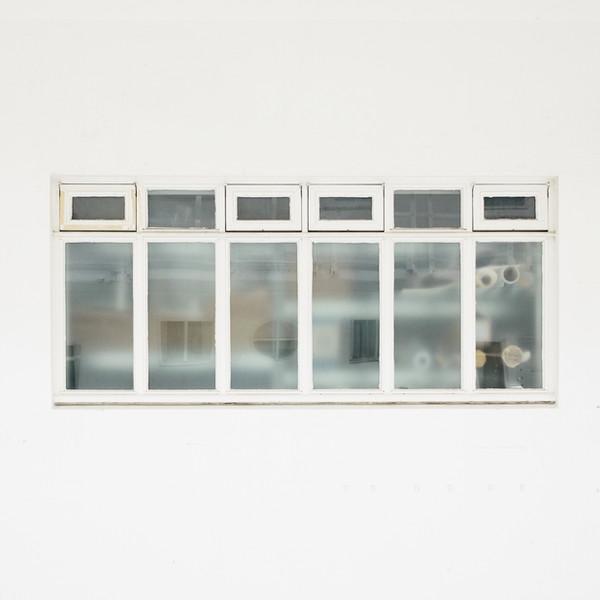 Fenster und weiße Wand