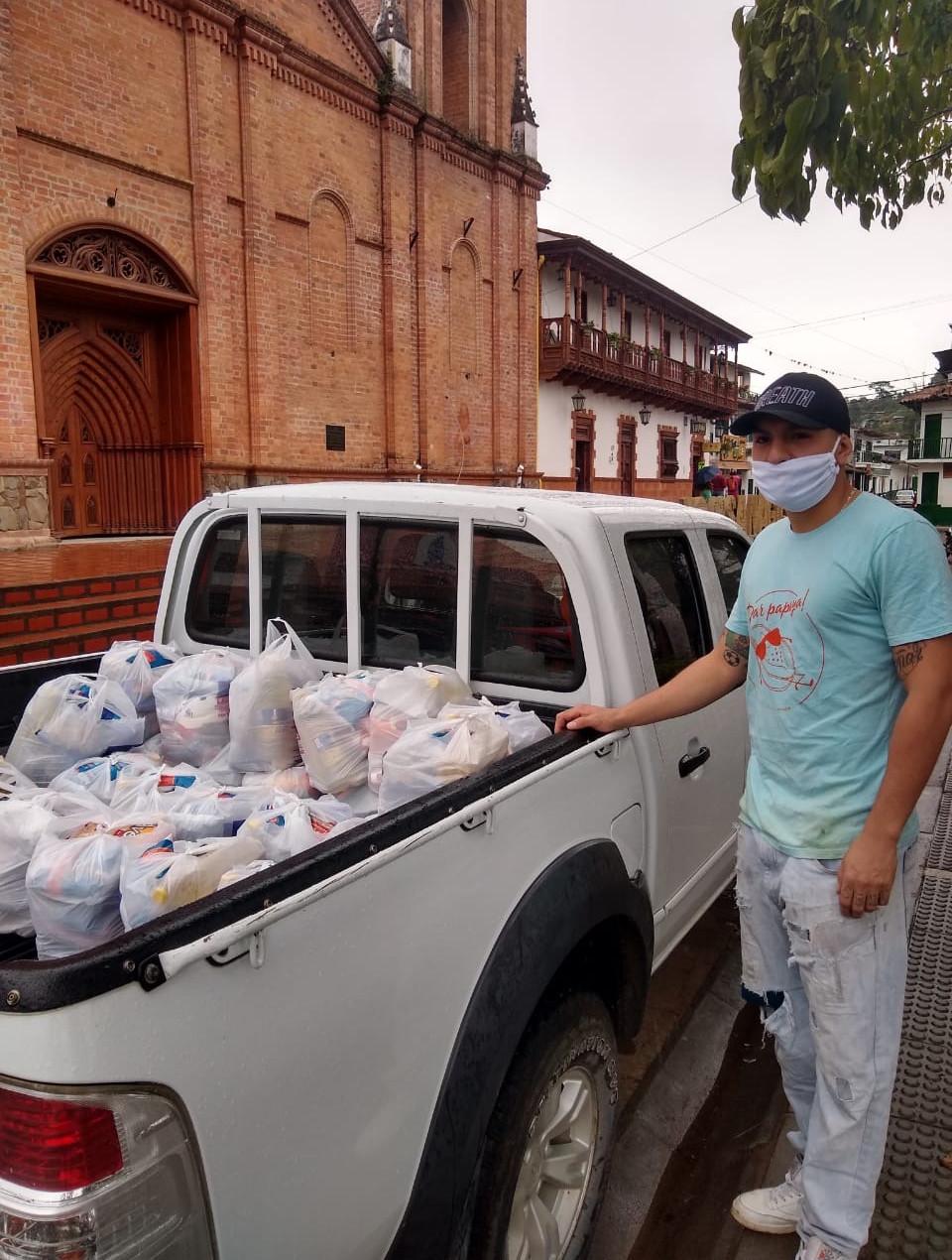 Trabajador de Masaya entregando mercados en San Agustín