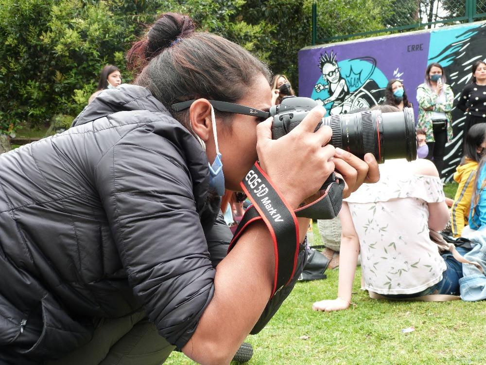 Alexa Rochi tomando una foto. Por: Ana María Betancourt