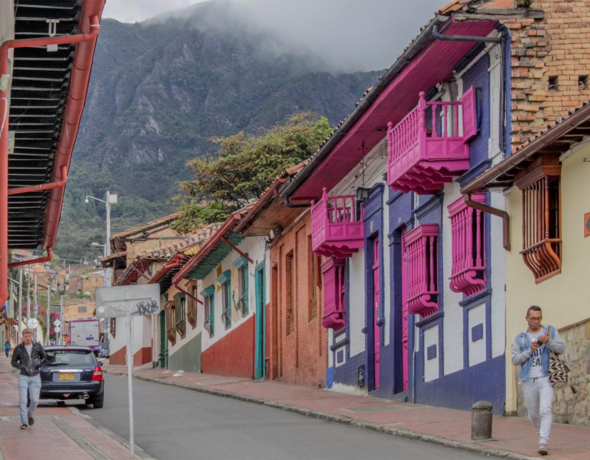 En la Candelaria, las casas con motivos de colores eran antes de un tono verde que, aunque oscuro, era intenso y característica de los balcones, puertas y ventanas de cada casa. Ese estilo es una herencia andaluza, aunque para nosotros reciba el nombre de arquitectura colonial.