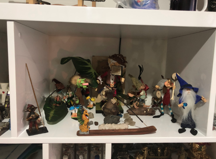 Estatuillas de duendes, dragones y magos en la oficina de Alexander Torres.