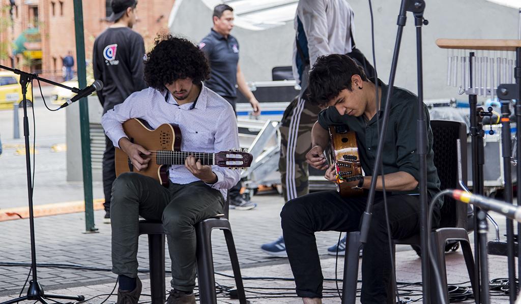 Agrupación 'Pa' sus tres' durante un concierto en el marco de La Fiesta No Brava al frente del Museo Nacional. Foto tomada por Nicolás Andrés Ortiz.