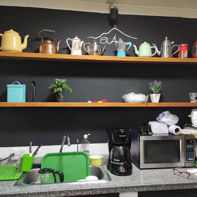 Espacio de trabajo para calentar los panes y preparar los distintos tipos de café que ofrece la panadería.