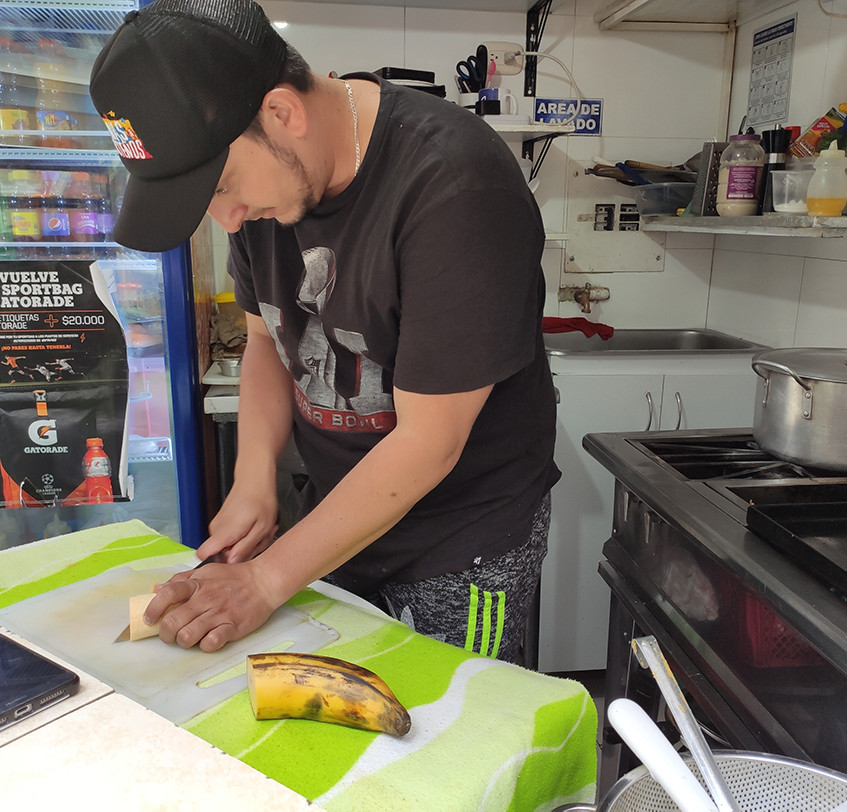 Preparación del plátano antes de ponerlo a freír.