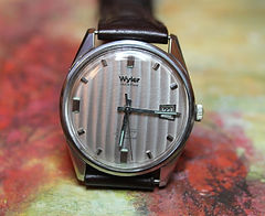 Wyler - Incaflex - Starfire Dynawind - Vertical Silver Venetian Blind Style Patterned Dial with a Date Window at the 3 o'clock position - Wristwatch - (circa 1960s)