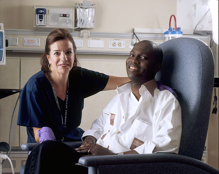 755px-Nurse_poses_with_cancer_patient.jp