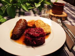 Rindsroulade, Schwarzbiersoße, Rotkohl und Semmelknödel