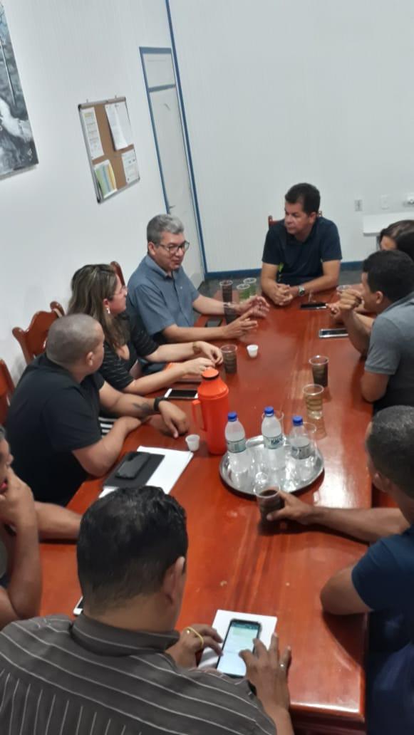 Na foto, da esquerda para direita, Manoel (coordenador de gestão ), Lidia Cavalcante (Departamento de formações), Mauro Sérgio (secretário de educação do estado), Kiefer Cavalcante (prefeito de Feijó), Vinete Araújo (secretária de educação) e Everly Damasceno (coordenador do Núcleo de Educação de Feijó).