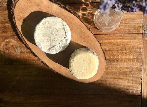 Käsebrett aus Holz mit zwei feinen Bio-Schafskäse aus München
