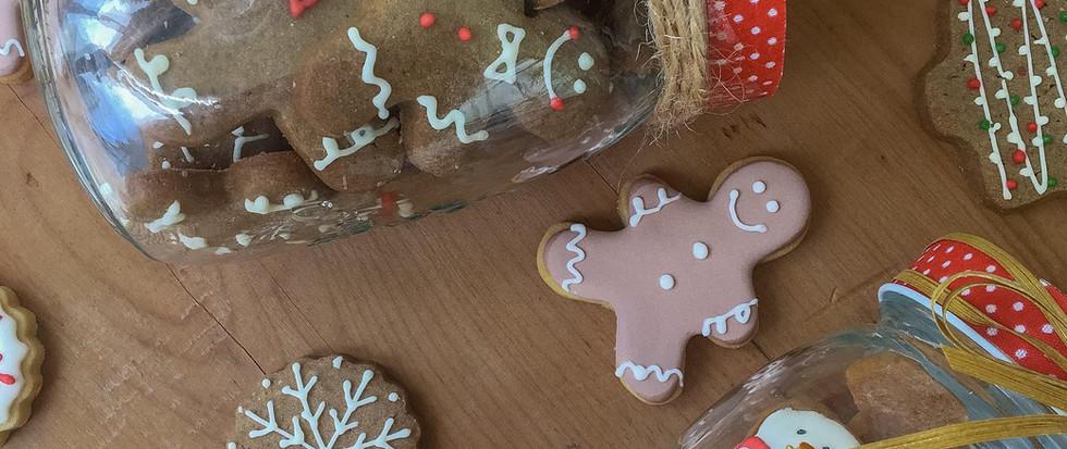 Frascos de cookies navideñas