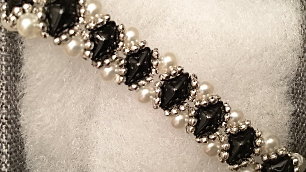 Beaded bracelet with white pearls
