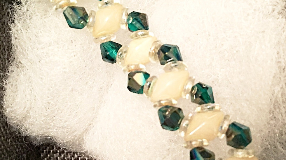 Beaded bracelet with emeraude color crystals