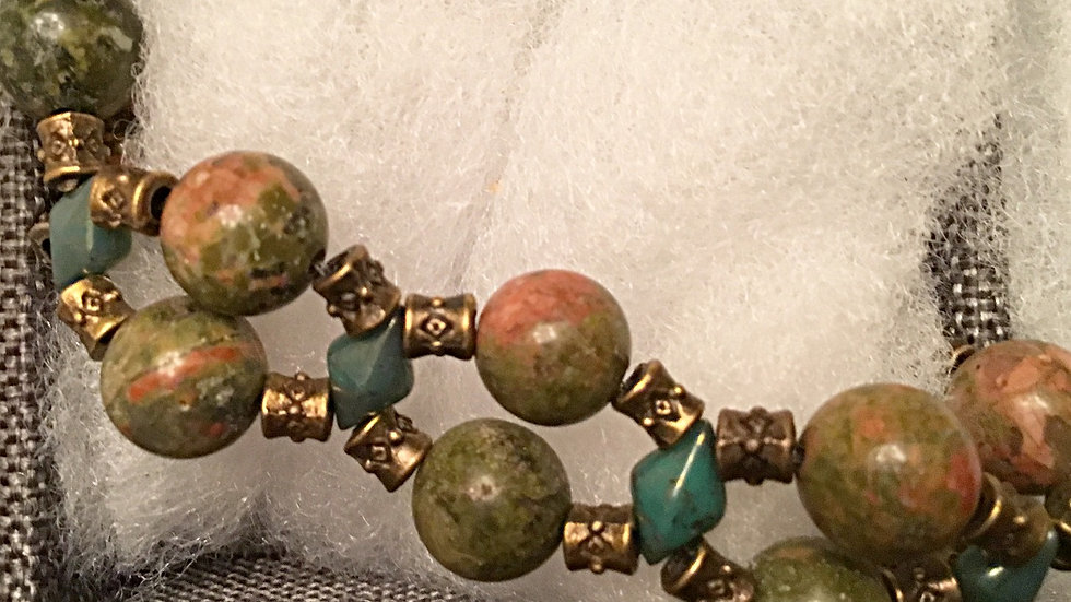 Beaded bracelet with green-reddish stones