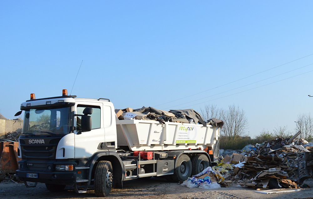 Avec sa flotte de camions, Recynov gère de façon global les déchets de ses clients.