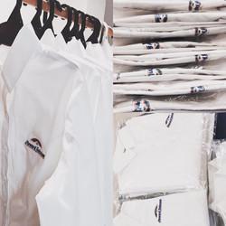 camisa-blanca-con-logo-bordado