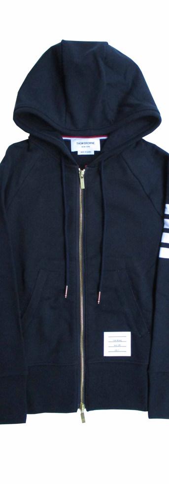 2020年春夏 トムブラウン(THOM BROWNE) メンズ トップス パーカー フーディー ロゴ 2color ユニセックス可 setup可(ボトムス別売り) アーム部分ライン・ジップロゴ刻印・裾タグ付きジップパーカー MJT022H 00535 461 (R90200)
