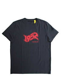 モンクレールジーニアス(MONCLER GENIUS) メンズ トップス Tシャツ 半袖 ロゴ 2color GENIUS アームロゴワッペン・1952MONCLERロゴプリント付Tシャツ ホワイト/ダークネイビー 8C73110 829FB 001/778 (R37400)