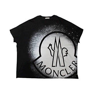 モンクレール(MONCLER) レディース トップス Tシャツ 半袖 ロゴ 2color 裾ワイドデザイン・スプレーグラフィティーMONCLERロゴプリント付Tシャツ ピンク/ブラック 8C7B310 829FB 085/088 (R33000)