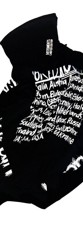 ヴェトモン(VETEMENTS) メンズ トップス パーカー フーディー ロゴ バックランゲージプリント・スリーブ部分life after deathロゴ・フロントVETEMENTSロゴプリント付パーカー ブラック UA52TR910W BLACK