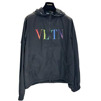 ヴァレンティノ(VALENTINO) メンズ アウター ジャケット ロゴ VLTNグラデーション/レインボーロゴプリント付きコーチジャケット 黒 バレンチノ バレンティノ VV3CI368 DMA 20T