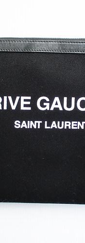 2020年春夏新作 サンローランパリ(SAINT LAURENT PARIS) メンズ 鞄 バッグ クラッチバッグ ロゴ ユニセックス可 フロントRIVEGAUCHE SAINTLAURENTロゴプリント付きクラッチバッグ ブラック 581369 96NAD 1070