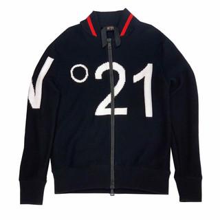 ヌメロヴェントゥーノ(N°21) メンズ アウター ジャケット ニット ロゴ ジップロゴ刻印・ネック部分ライン・フロントビッグロゴ付ニットジップアップジャケット A016 7523 9000