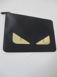 2020年春夏新作 フェンディ(FENDI) メンズ 鞄 バッグ クラッチバッグ ユニセックス可 バッグバグズプレートロゴ・FENDIロゴ刻印入りクラッチバック ブラック 7N0078 SQP F0KUR