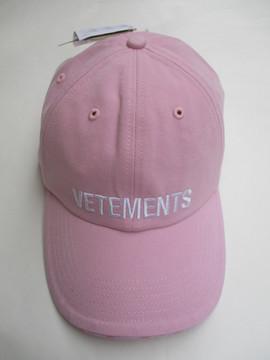 ヴェトモン(VETEMENTS) メンズ 帽子 キャップ ロゴ 3color Reebokコラボ ユニセックス可 ツバ部分ロゴ・フロントVETEMENTS刺繍ロゴ入りキャップ 白/黒/ピンク UAH20AC610 WHITE/BLACK/PINK