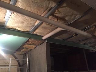 Structure métalique sous plafond de cave