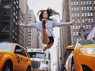 Танцоры балета на улицах Нью-Йорка.
