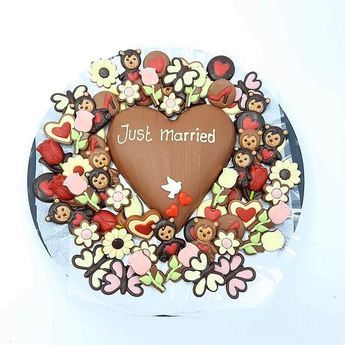 Schaal gevuld met hart en chocolade