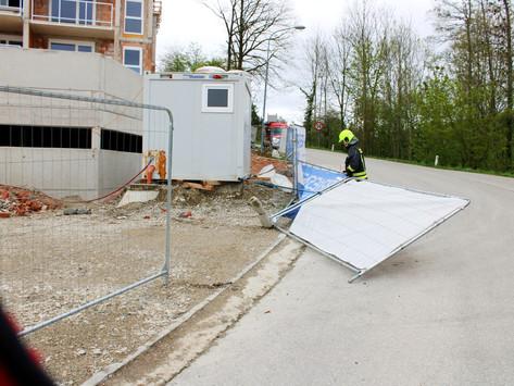 Baustellengitter nach Windböe auf Verkehrsweg