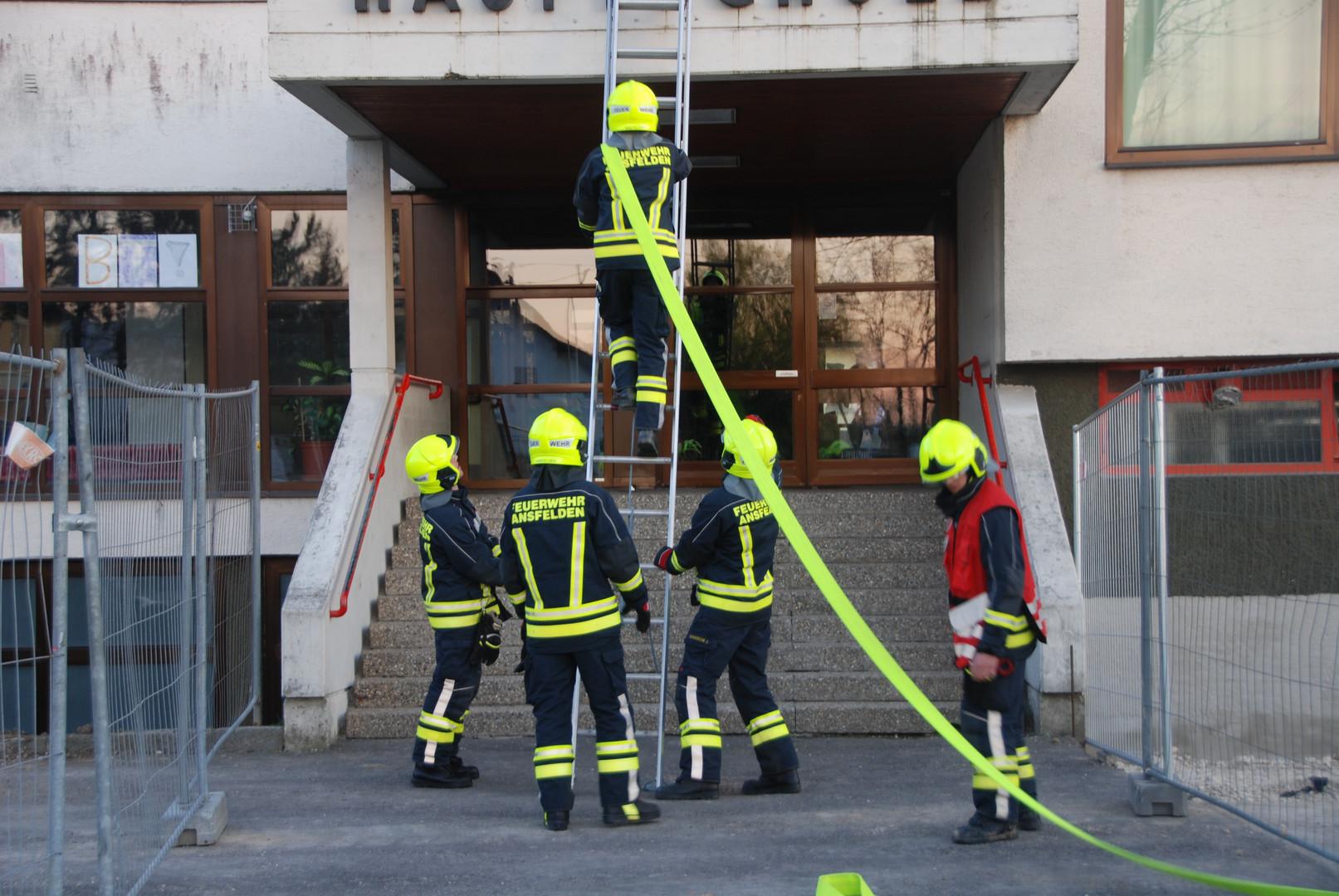 Einsatzübung Höhenrettung/Schachtrettung, Leitern und Sicherungen
