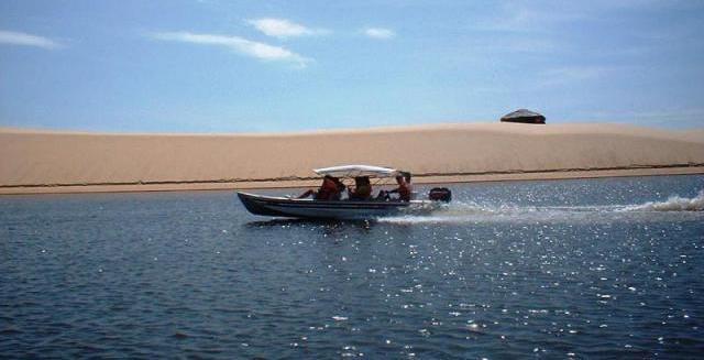 Lancha voadeira pelo Rio Preguiças